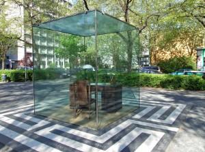 Adonrno-Denkmal: Schreibtisch als Symbol der Hierarchie- und Machtstrukturen