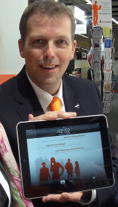 Dr. Wolfgang Achilles (Jobware) präsentiert den iPad auf der Messe Zukunft Personal 2010