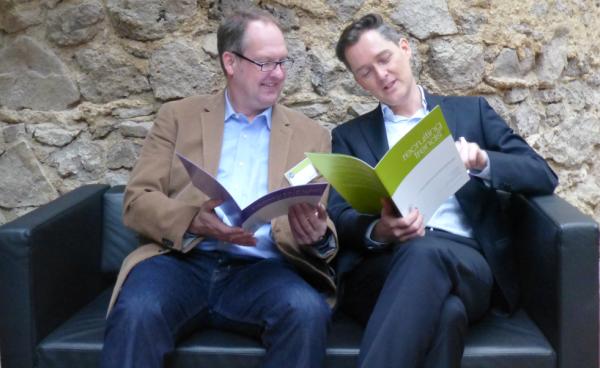 Prof. Dr. Tim Weitzel (rechts) diskutiert mit Wolfgang Brickwedde (Institute for Competitive Recruitng) die Ergebnisse der Recruiting-Studie