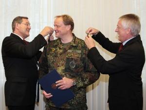 Jung befördert Dirk Niebel (Quelle: Bundeswehr/Rütters/Thorsten Rütters)