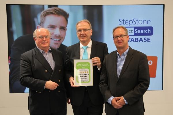 Sieger im Qualitätswettbewerb: Ralf Baumann (Mitte) erhält von Wolfgang Brickwedde (rechts) und Gerhard Kenk das Gütesiegel für den ersten Platz überreicht
