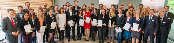 Neue sowie die weitergeförderten Stipendiatinnen und Stipendiaten mit ihren Förderern. Foto: Universität Passau