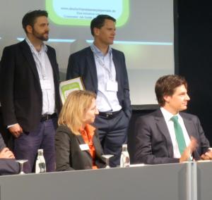 Sascha Kubak (stehend links) und Christoph Jost (stehend rechts) bei der Preisverleihung 2014