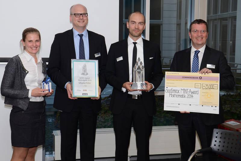 Sebastian Walter mint-Award 2014: Stefanie Vogl (Allianz Deutschland AG), Dr. Weng (Allianz Deutschland AG), Sebastian Walter (Sieger MINT-Award Mathematik 2014), Oliver Bialas (audimax MEDIEN)
