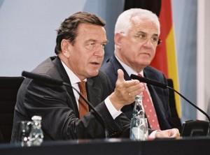 Gerhard Schröder und Dr. Peter Hartz bei der Ankündigung der Agenda 2010 (Foto Andrea Bienert)