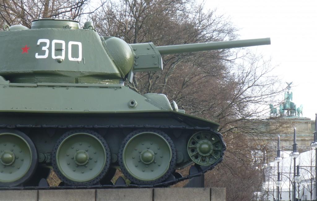 Russischer Panzer vor dem Brandenburger Tor in Berlin