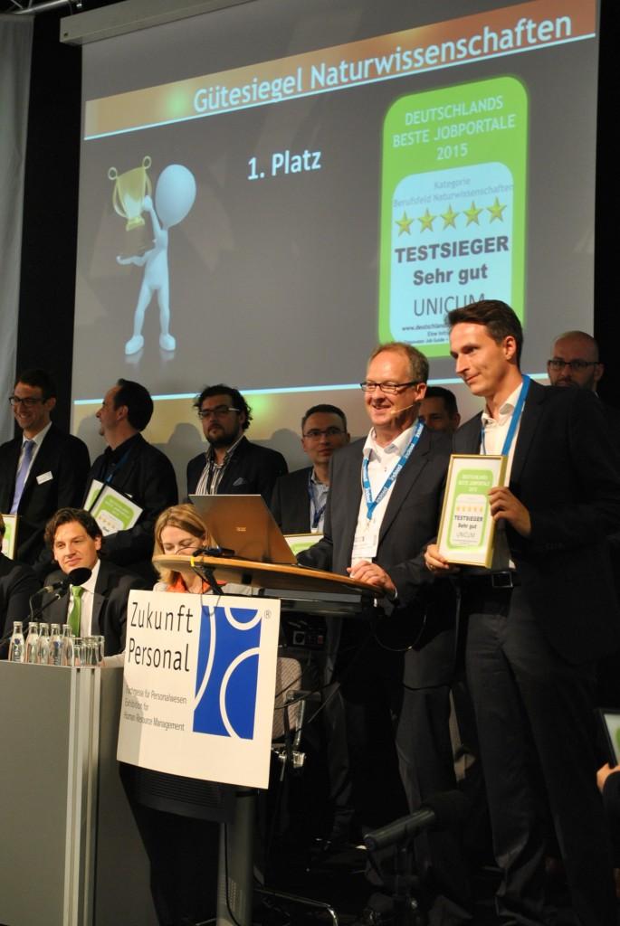 Björn Schumburtzki nimmt das Gütesiegel für UNICUM entgegen