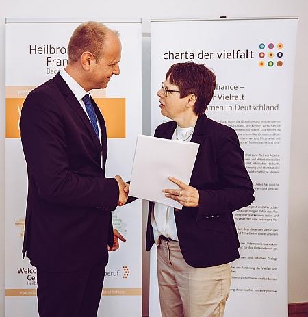 Geschäftsführer Andreas Nusko (Franz & Wach Personalservice) erhält die Zeichnungsurkunde von Dr. Birgit Buschmann (Wirtschaftsministerium Baden-Württemberg)
