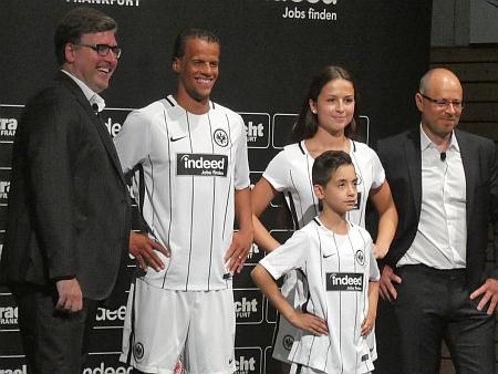 Indeed.com ist neuer Trikot-Sponsor von Eintracht Frankfurt. Axel Hellman (links) und Frank Hensgens, Indeed Geschäftsführer DACH (rechts)