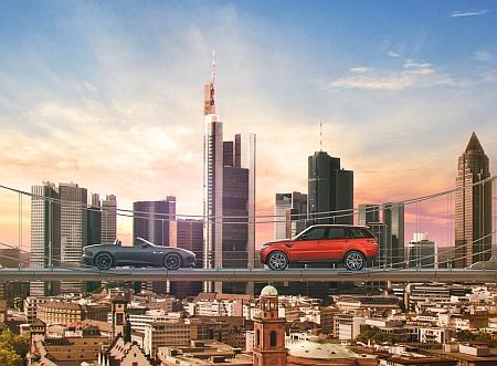 """Der Jaguar F-TYPE und der Range Rover Sport über den Dächern von Frankfurt - Sie haben die Wahl! Die Verwendung dieses Bildes ist für redaktionelle Zwecke honorarfrei. Veröffentlichung bitte unter Quellenangabe: """"obs/Jaguar Land Rover Deutschland GmbH"""""""
