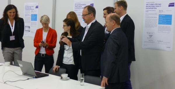 Lady in Red: Eva Zils und andere Pressevertreter verfolgen die Produktdemonstration von Dr. Katrin Luzar (Monster)